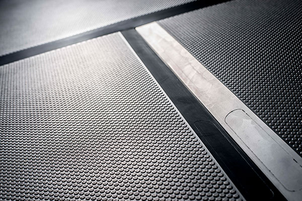 Tapis de sol pour un aménagement ergonomique du poste de travail